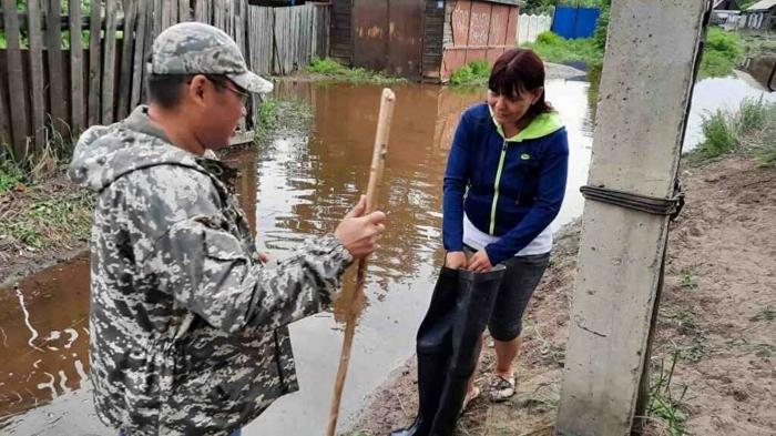 Мэр Кызыла отдал свои резиновые сапоги женщине из зоны подтопления