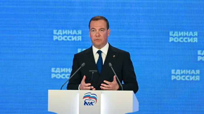 Медведев заявил об увеличении военного присутствия у границ России