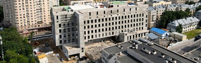 Готовы конструкции ограждения вертолетной площадки скоропомощного комплекса НИИ СП им. Н.В.Склифосовского