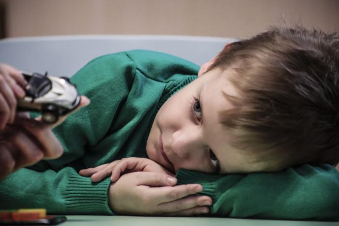 Психологи поняли, почему дети саутизмом не могут считать чужие эмоции